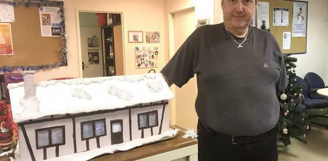 On vous présente notre aimablebénévole Thiery qui nous a crée toute la décoration de Noël!